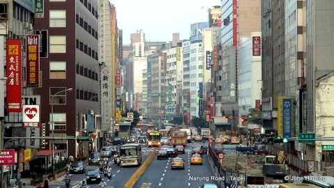 Nanjing road looking east toward Zhongshan MRT (2007)
